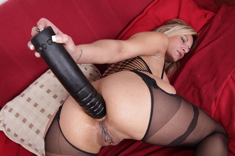 Блондиночка жарит свою попку крупным дилдо