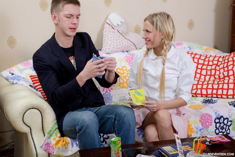 Костлявой русской студентке нравится трах в попу, особенно если у пацана большой член