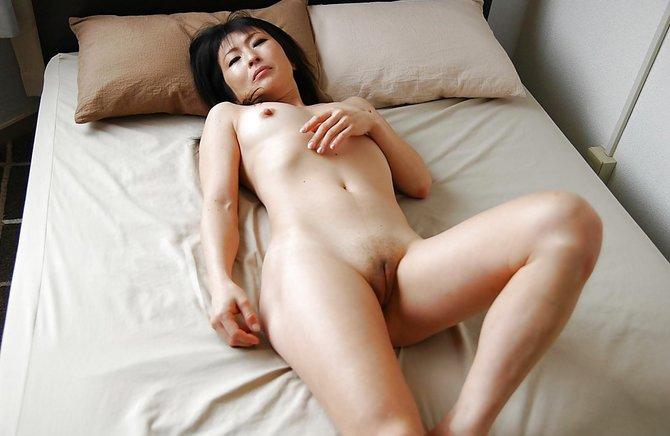 Зрелая тётя снимает киску крупным планом в постели