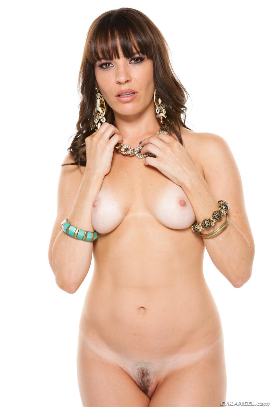 Зрелая русая порноактрисса Дана Деармонд спускает свое голубое бикини и обнажает роскошное возбуждающее туловище