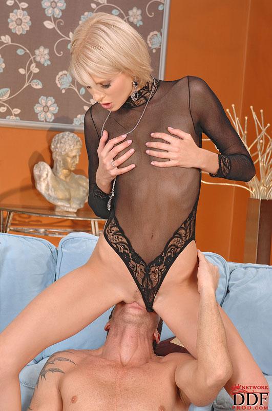 Нежная модель со свелыми волосами Wiska сосет член одному пацану, а потом ей заполняют ее дырку