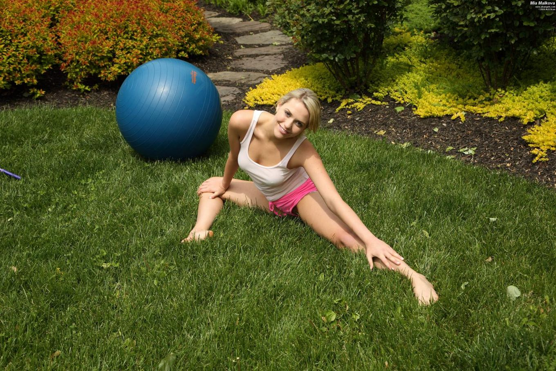 Грязная модель со свелыми волосами Миа Малкова оголяется и ебет свою манду игрушкой на мяче для фитнесса