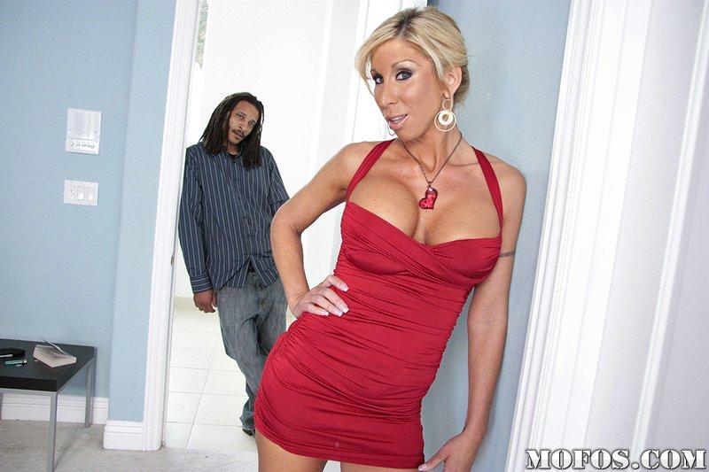 Пышногрудая мамочка-блондинка Morgan Ray принимает шокирующий хуй в свой рот и вагину