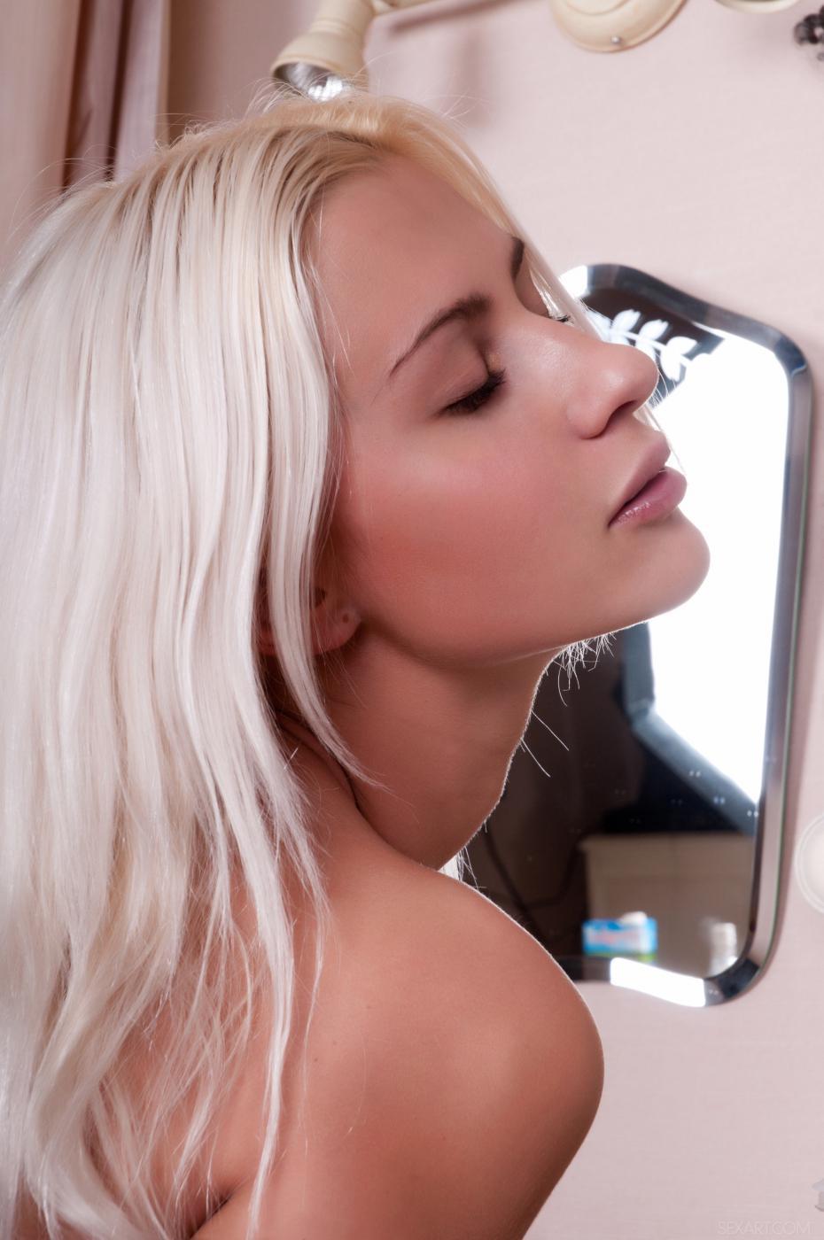 Сексуальная и приятная модель со свелыми волосами Cathy S - негодная модель, которая возбуждает себя
