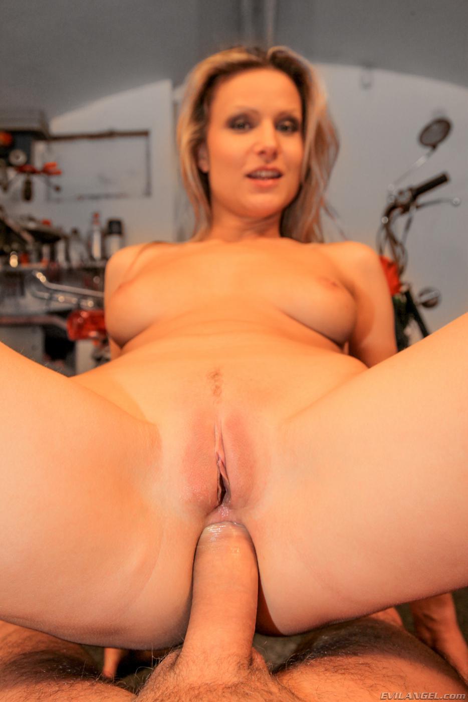 Крутая блонди Samantha Jolie красуется в гараже, а потом порется