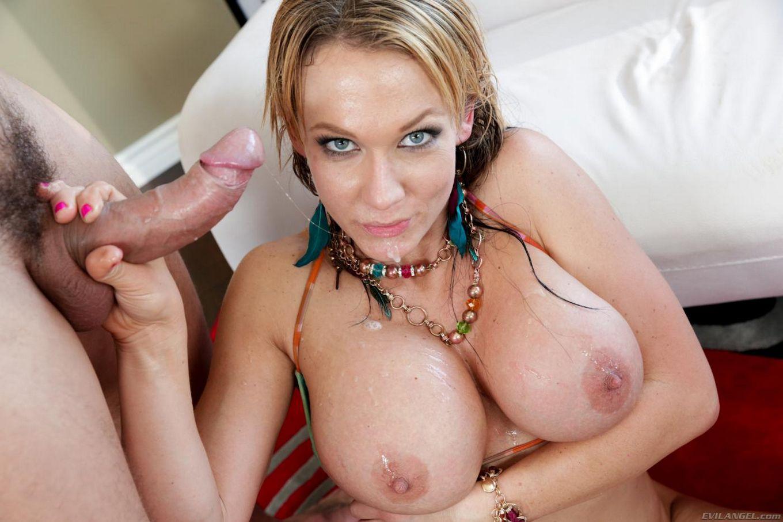 Ненасытная титькастая модель со свелыми волосами Nikki Sexx заполняет рот и вульву гигантским фаллосом