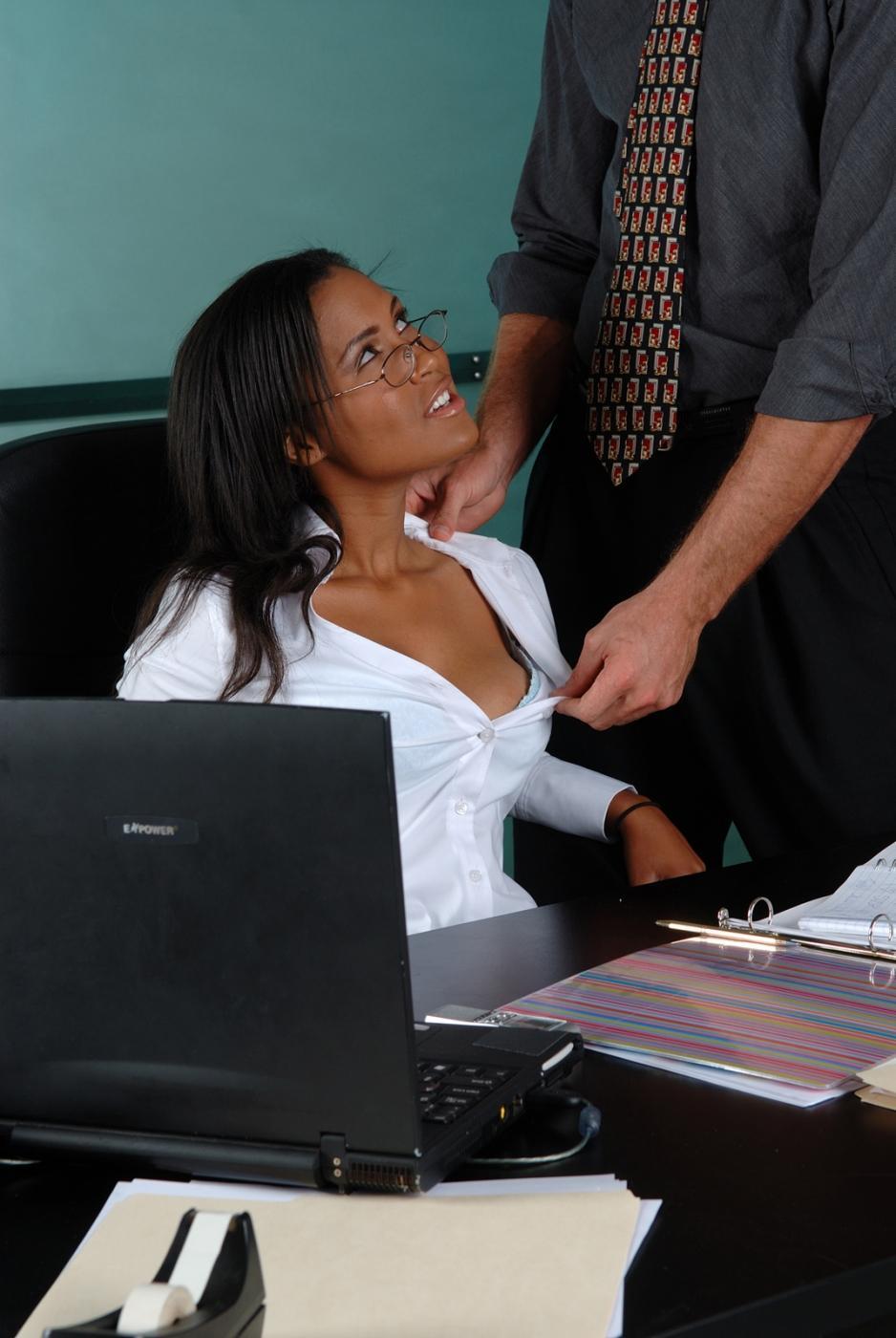 Загоревшую офисную красавицу Ryaan Reynolds с сочными громадными сисяндрами сношают в писю