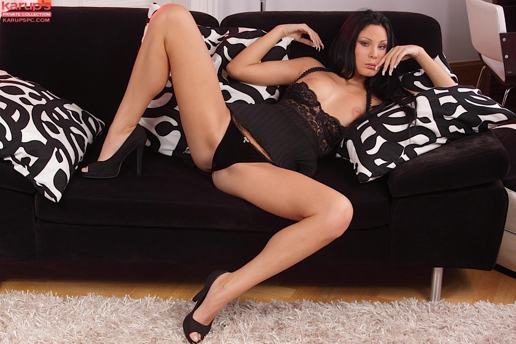 Брюнетка-европейка с возбужденными ногами Nikita Black оголяется и засовывают игрушку в гладкую манду