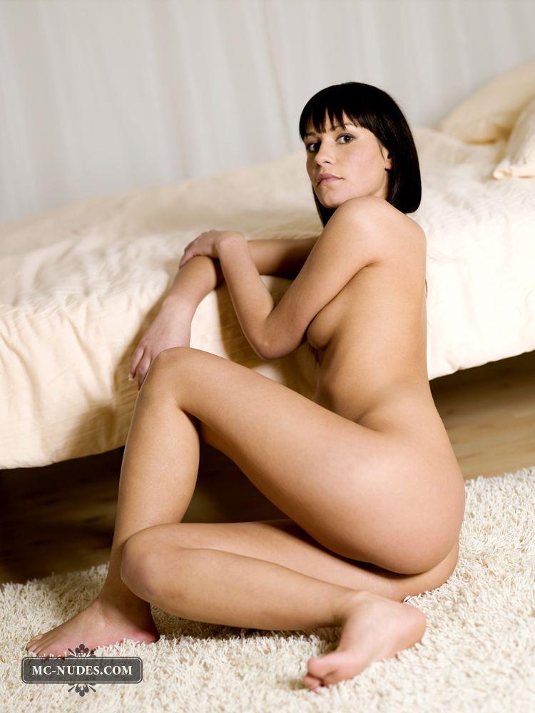 Модель с темными волосами Yana Mcnudes супер сексуальная и ласковая малышка