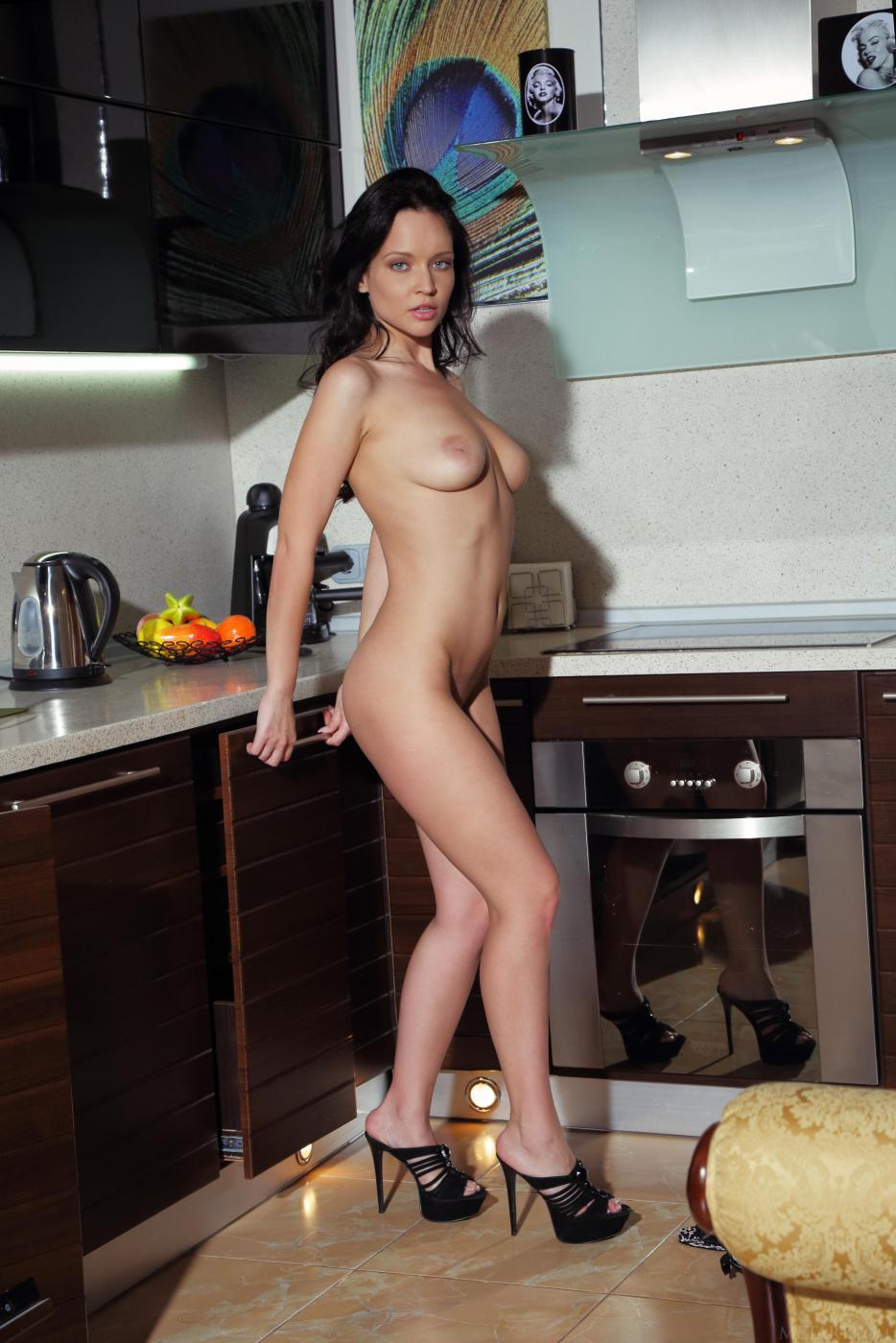 Извращенка-брюнетка Marica A демонстрирует свою классную пизду с любого возможного угла на кухне