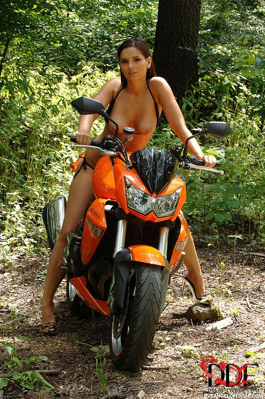 Красивая брюнетка Ева Ангел обнажается рядом с велосипедом