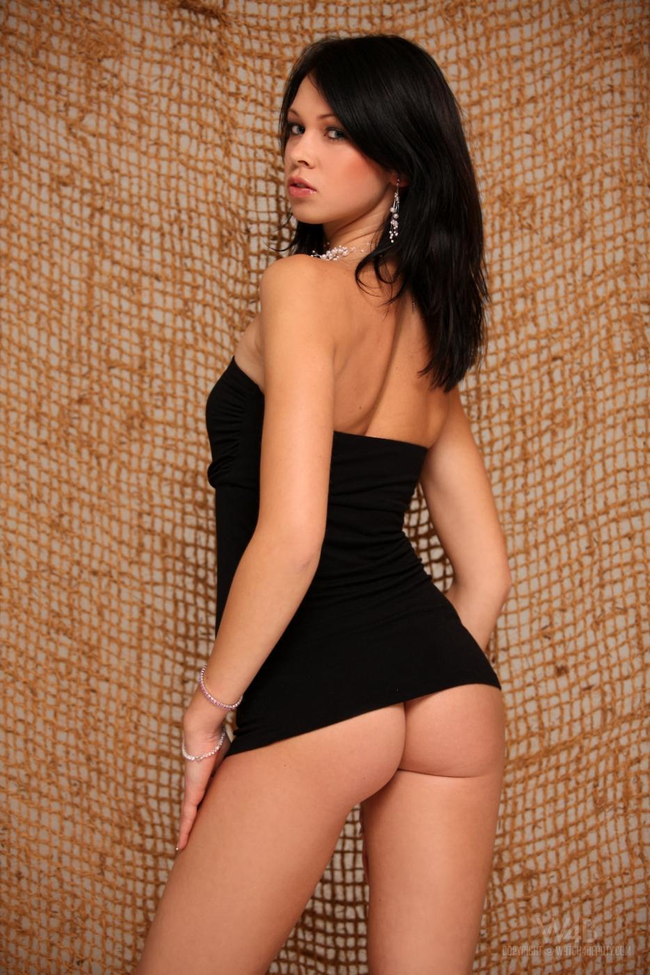 Подтянутая брюнеточка Samantha Rodriguez в танго стащила свое черное мини-платье