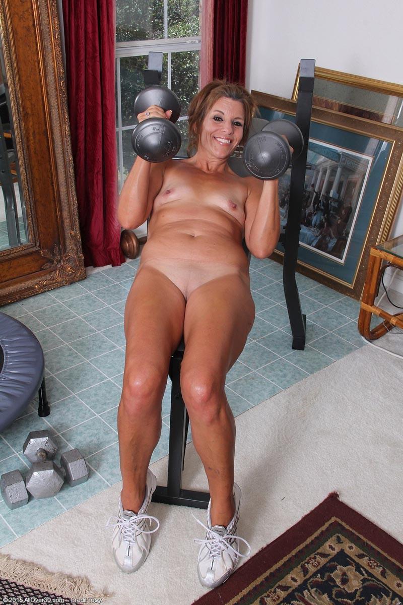 Дамочка в зрелом возрасте демонстрирует, как для нее важно сохранять идеальную форму с помощью спорта