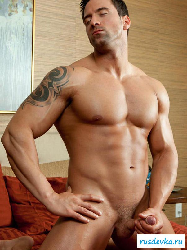 Раздетый парнишка с горой мышц машет хреном