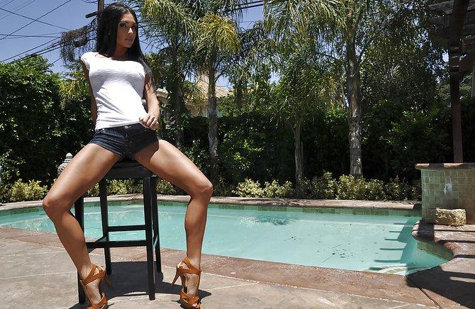 Взрослая русая порноактрисса сняла трусы в парке и начала развлечься