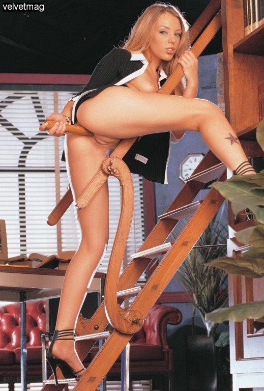 Сексуальная подчиненная жарит себя небольшим дилдо