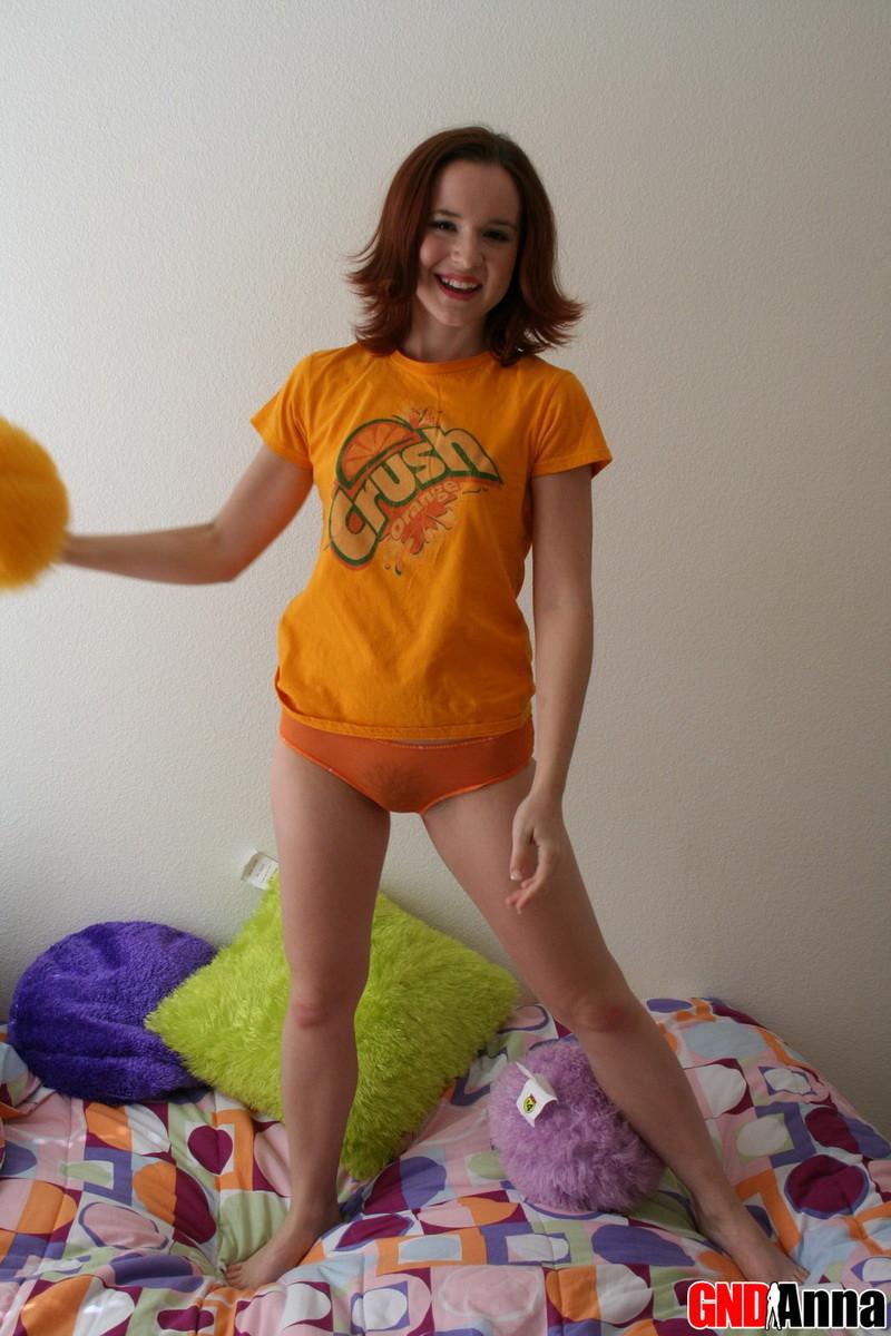 Анюта снимает трусики на диванчике и обнажает свое худенькое тело