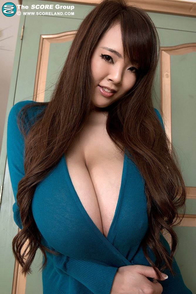 Азиаточка с весьма огромными дойками за деньги вывалила их на камеру