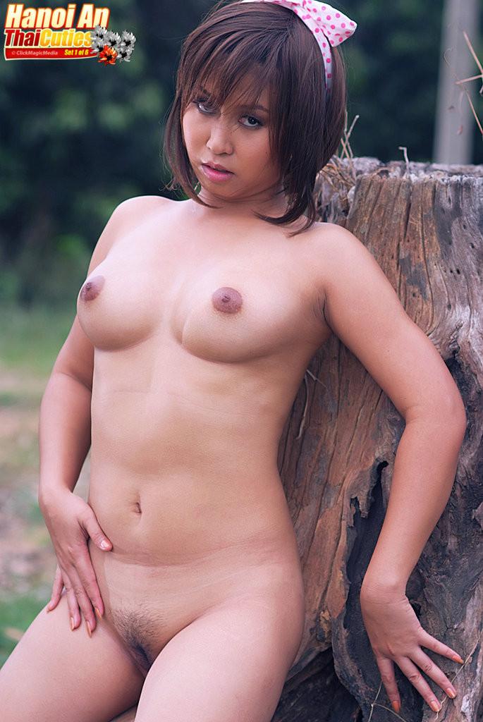 Чистое соло вьетнамки в лесу