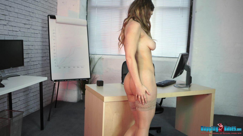 Офисная потаскуха привычно обнажается на рабочем месте