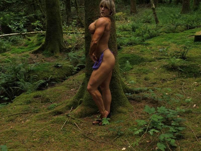В лесной чаще можно насладиться подкачанным торсом дамочки, которая занимается бодибилдингом