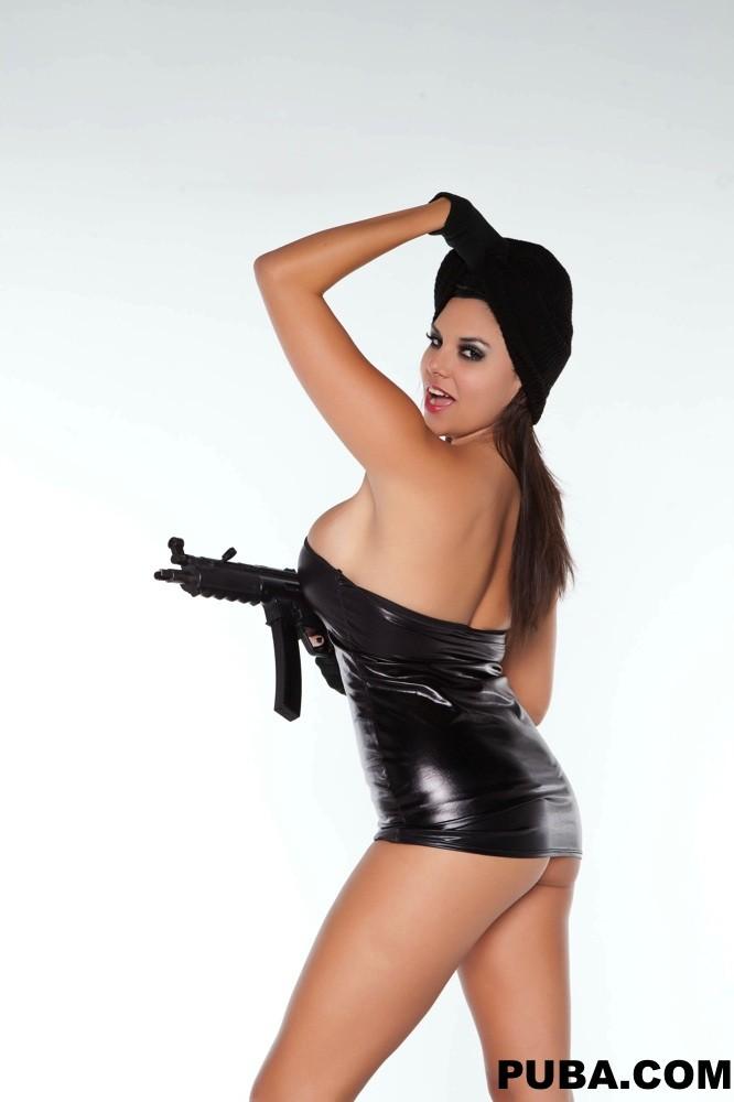 Вооруженная темненькая девушка с крупными грудями