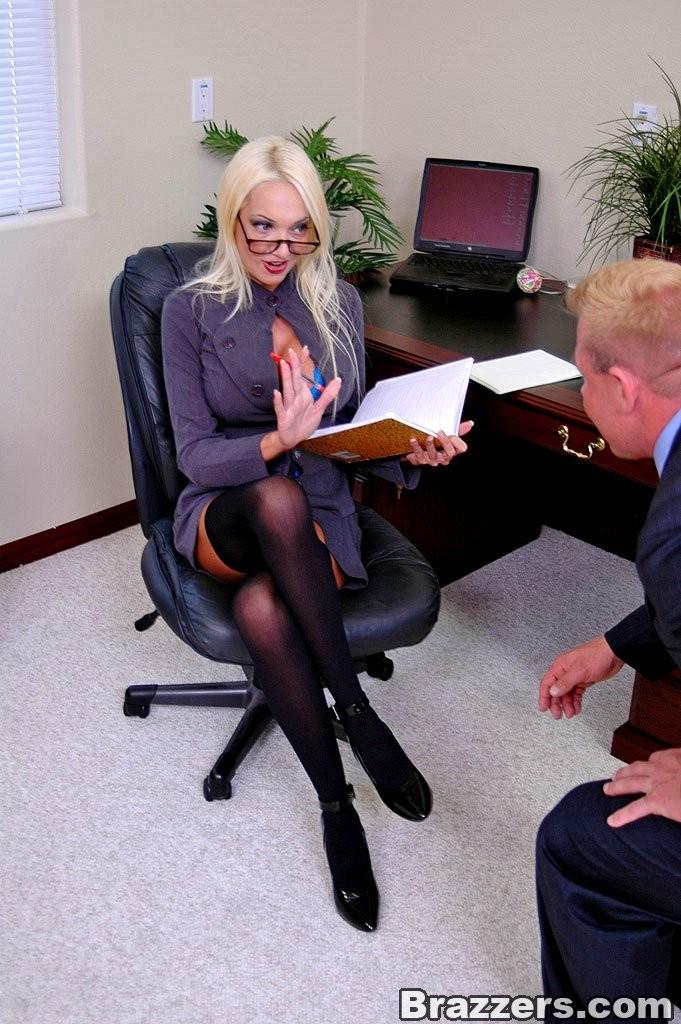 Директрисса Dona Doll дала подчиненному прямо на своем рабочем столике