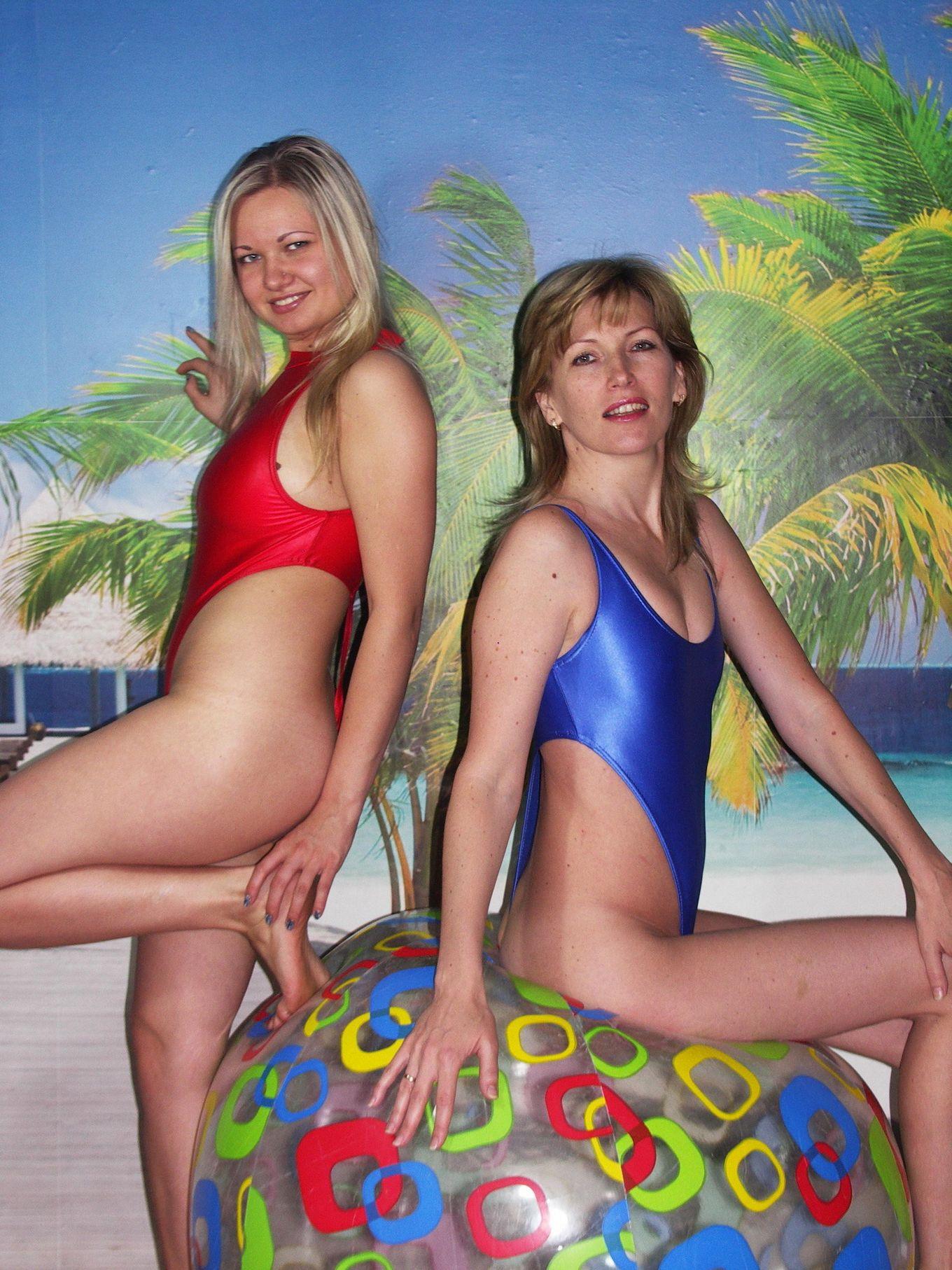 Кристина и Алина в возбуждающих купальных костюмах