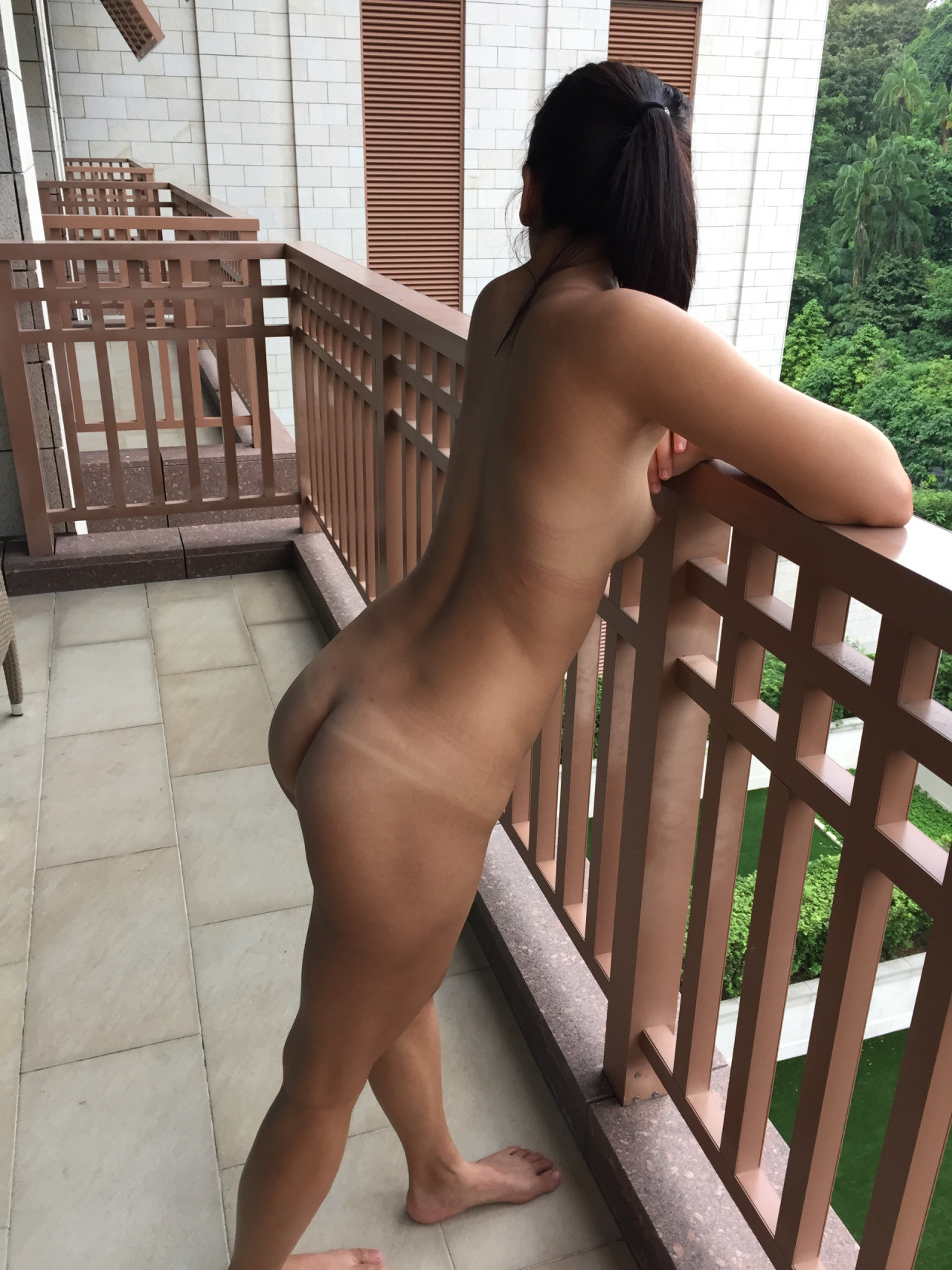 Вышла на балкон отеля голая