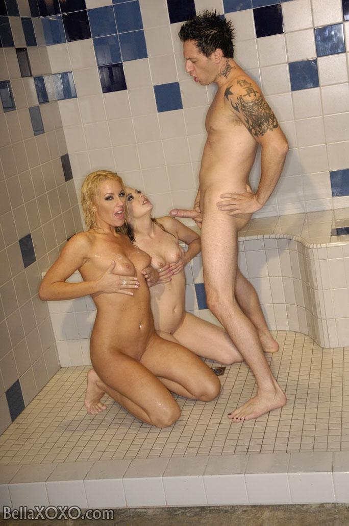 Грешная Nikki Anne и ее подружка, берут в рот и порют фаллос