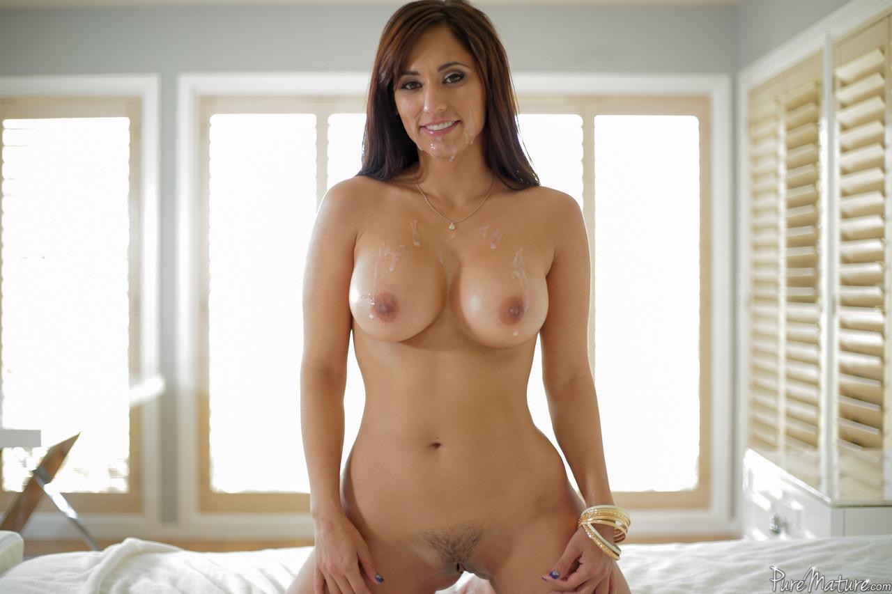 Возбуждающая милашка с большим бюстом подставляет свое шикарное туловище для хорошей интима