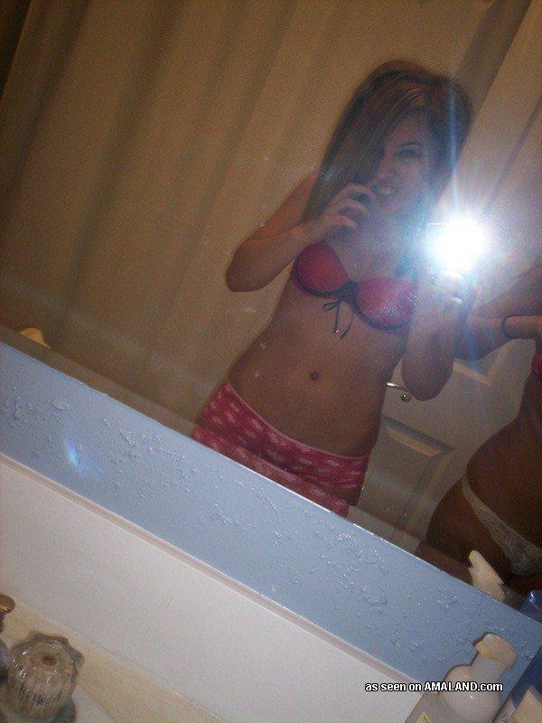 2е любовницы делают селфи у зеркала в нижнем белье