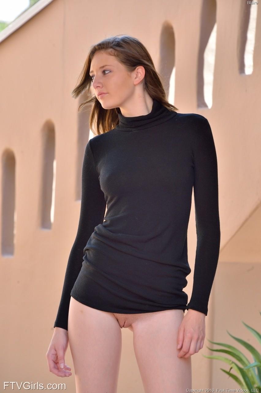 Ценительница курения Blaire обожает фоткать свою ухоженную вагину на публике