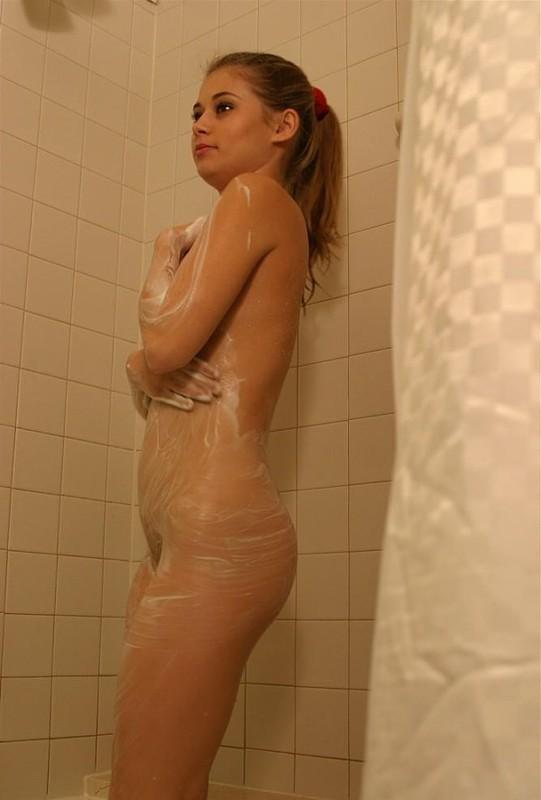 Принимает душ и избавляет себя от лишних волос