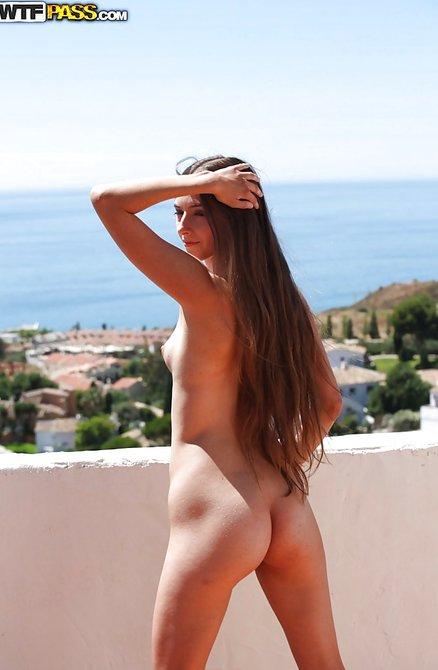 Прекрасная голая тёлка на балконе красуется на солнышке