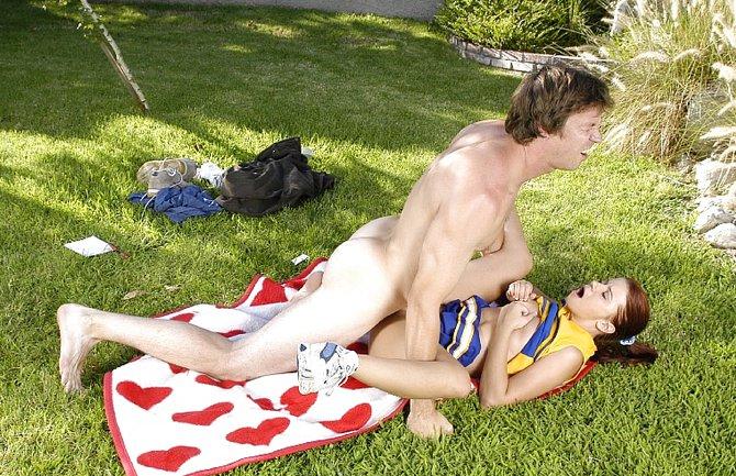 Опытной тренер замечательно трахнул девушку в парке