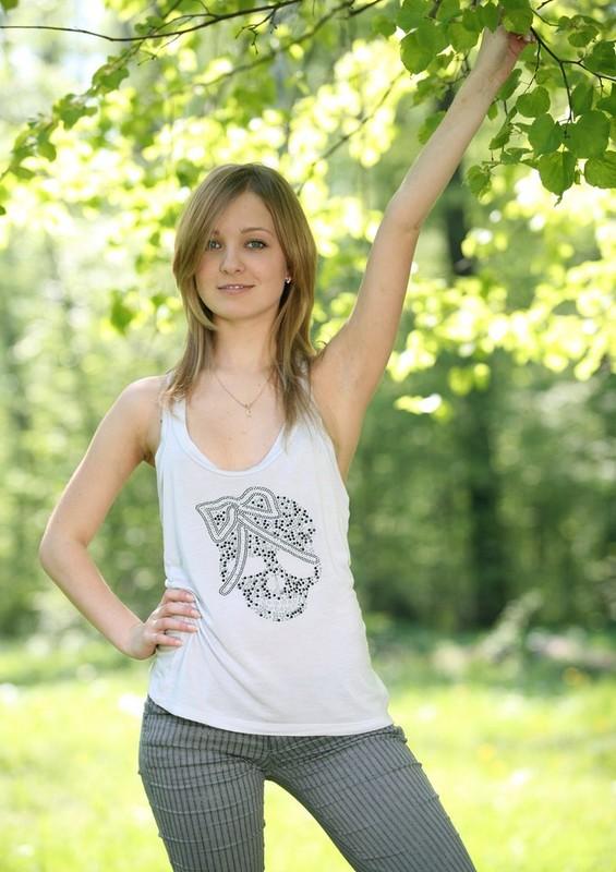 Зеленоглазая девушка 18ти лет засветила попку и писю в саду