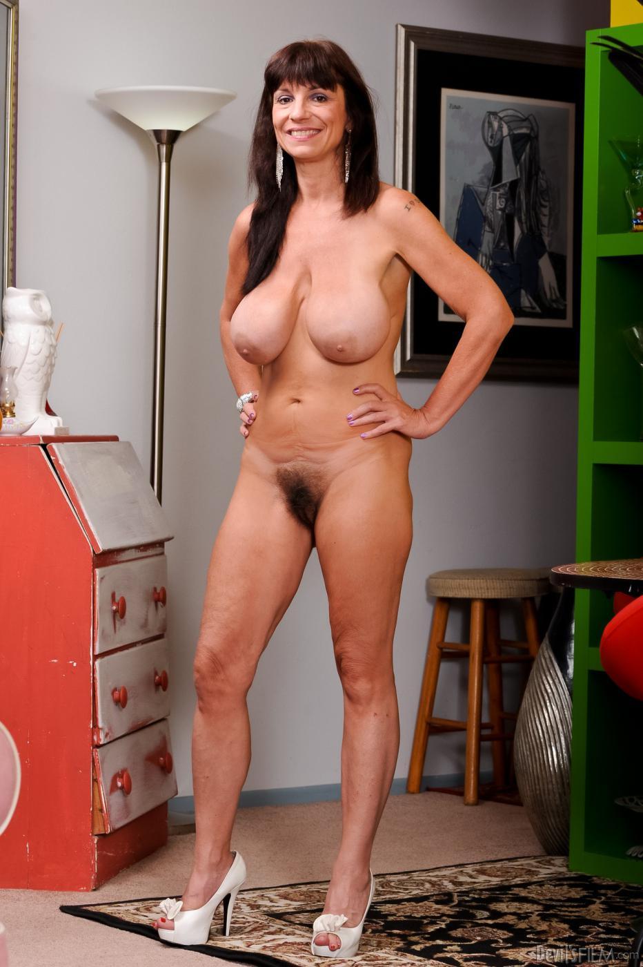 Одинокая грудастая девушка латинской внешности супермодель Sage Hughes желает фоткать свои изящные буфера
