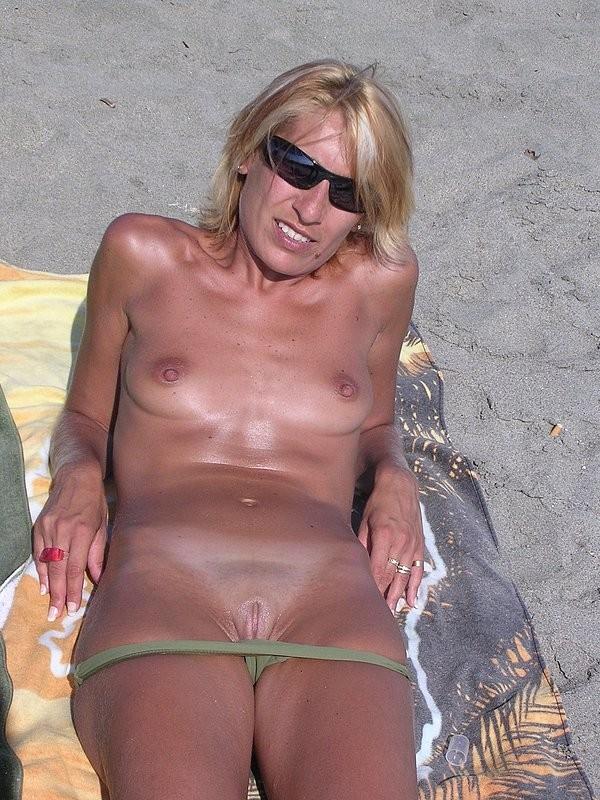 Обнаженные бабы на песке