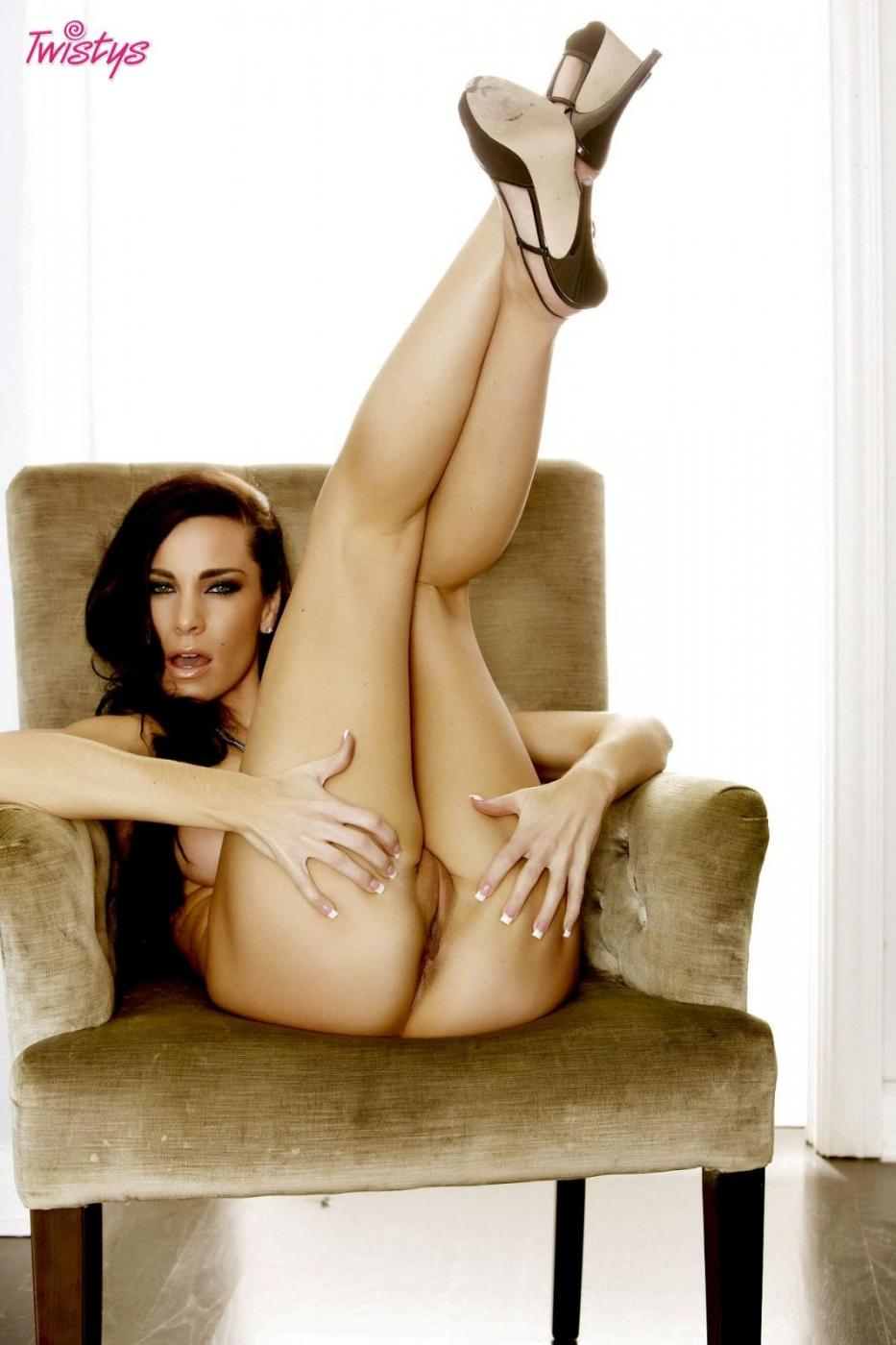 Сексуальная Laura Lee с округлыми грудками спускает белоснежный лифчик и качественные черные трусы