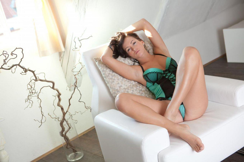 Голая пися брюнетки Tess Nubiles выглядит пригласительно и готова заняться сексом