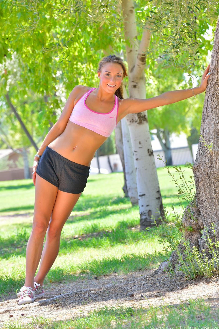 Игривая Marry Lynn обнажает голый торс после пробежки
