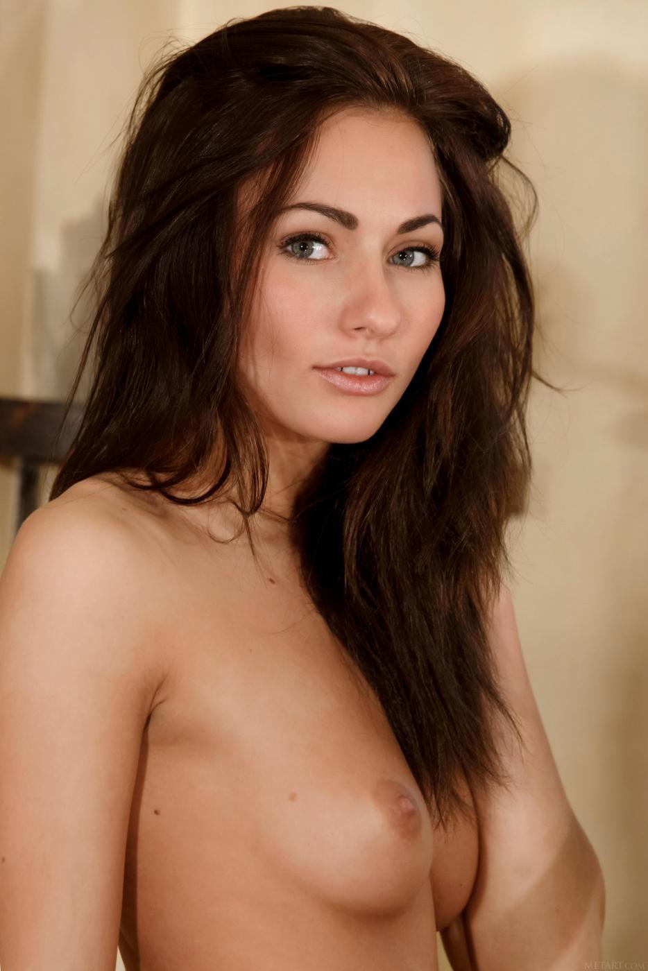 Сексуальная и красивая шатенка Michaela Isizzu показывает свое сладкое туловище на камеру