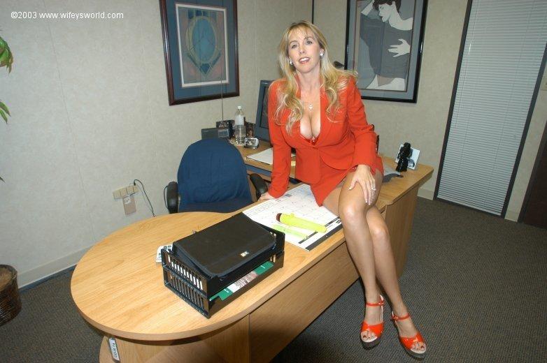 Блондиночка дрочит и в кабинете и в своей квартире