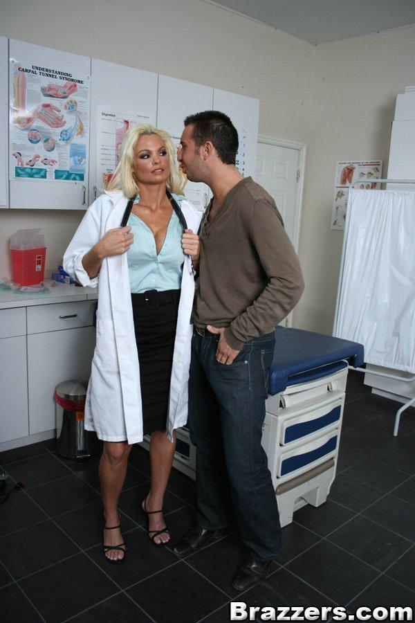 Грудастая светловолосая докторша Rhylee Richards ловит на лицо кончу после траха с пациентом