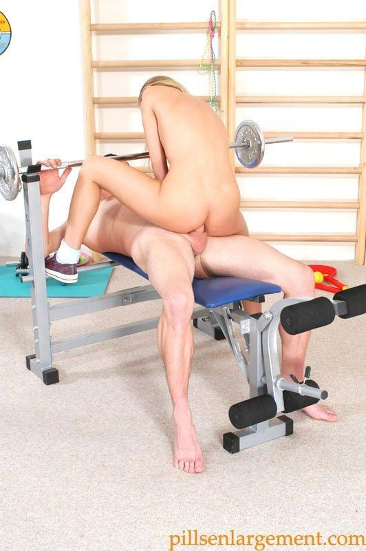 Блонди с кайфом посещает спортивный зал, особенно ей нравится заниматься с болтом во  рту