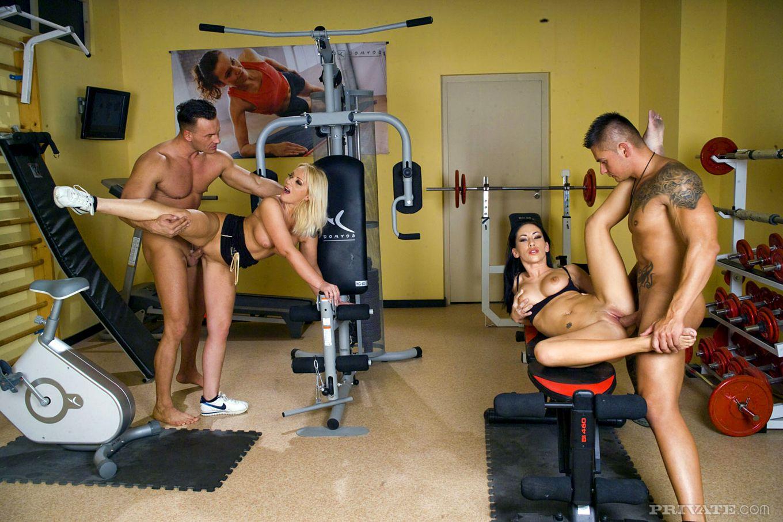 Mya Diamond и Sarah  Simon наслаждаются перепихоном вчетвером в спортзале и принимаю сперму прямо в рот