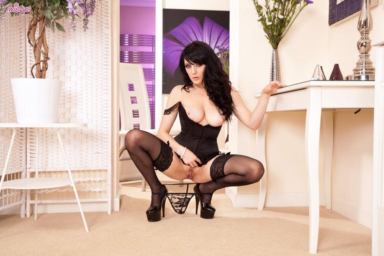 Элегантная русая порноактрисса с натуральными дойками Саманта Бентли в темных носках выставила свои прелести