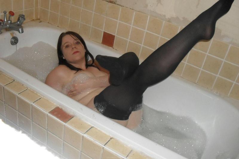 Толстожопая шатенка показывает роскошное туловище у себя дома и ванной