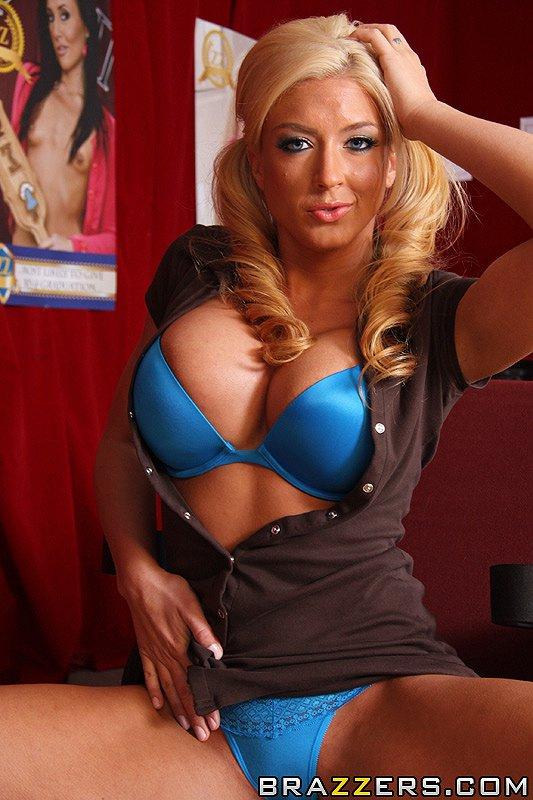 Титястая блондинка в очках и мини платье Leya Falcon снимает голубые стринги чтобы поебаться